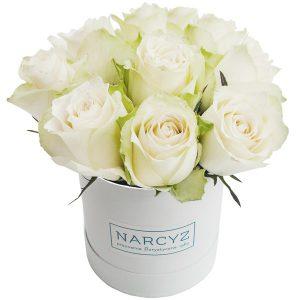 ,,Białe róże w okrągłym pudełku''