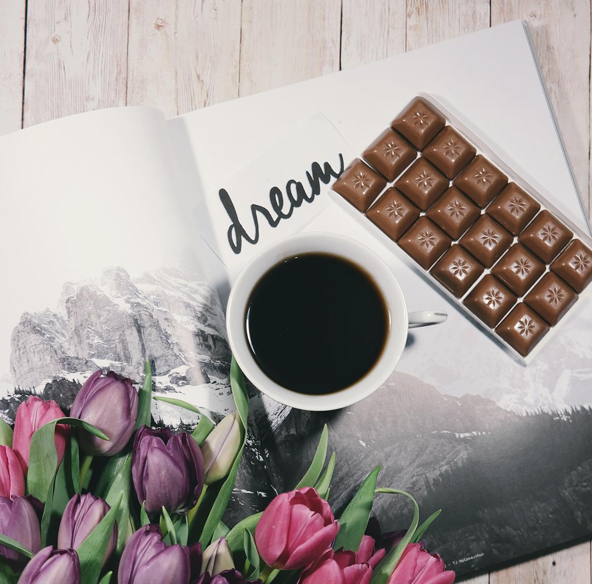 Dlaczego słodycze nas uszczęśliwiają? Nasze kosz delikatesowe z dodatkiem słodkości, ponieważ zawsze warto wysłać Kosz ze słodyczami!